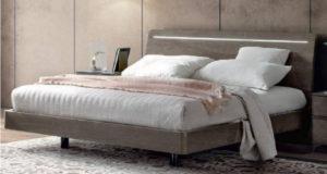 Матрас лежит на кровати