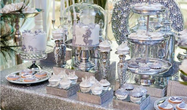 Атрибуты серебряной свадьбы на столе
