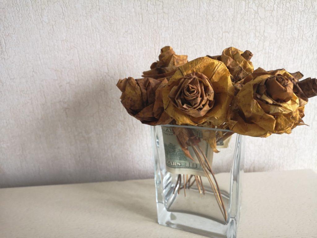 Деньги в вазе с розами из кленовых листьев