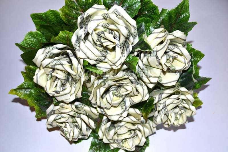Букет роз из долларов на день рождения