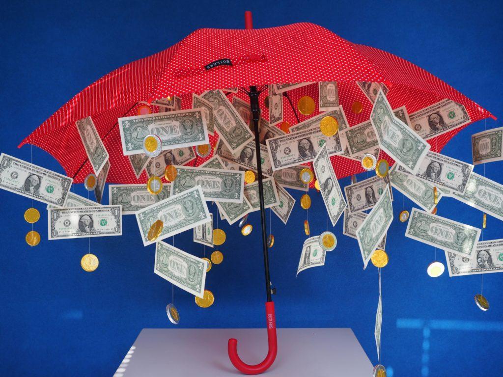 Подарок на свадьбу денежный-зонт с деньгами
