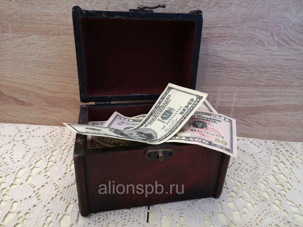 Шкатулка с банкнотами долларов