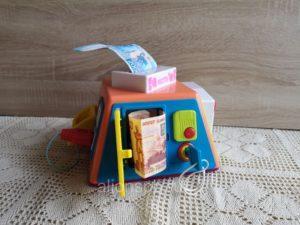 Денежные купюры в детской игрушке