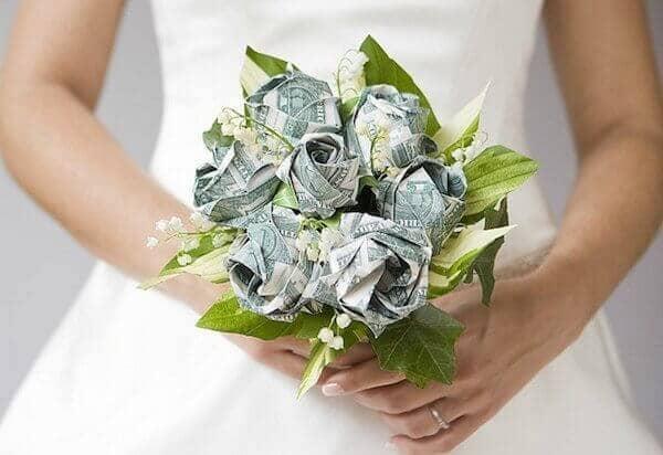 Букет цветов для невесты выполнен из долларов.