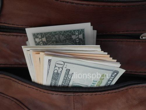 Доллары в мужской сумке