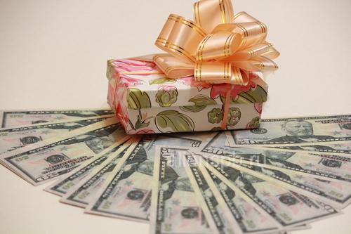 Подарочная коробка с долларами